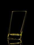 Silhouette de verre jaune pour le tir avec le chemin de coupure sur le fond noir Photographie stock libre de droits