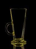 Silhouette de verre jaune pour le tir avec le chemin de coupure sur le fond noir Photographie stock