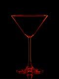 Silhouette de verre rouge de martini avec le chemin de coupure sur le fond noir Image libre de droits