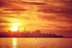 Silhouette de ville dans la lumière de coucher du soleil photographie stock