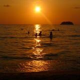 Silhouette de ville de plage de coucher du soleil Photo libre de droits