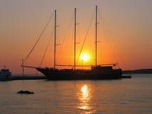 Silhouette de voilier contre un beau coucher du soleil Photographie stock