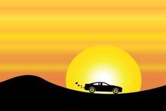 Silhouette de voiture en ciel orange de soirée et soleil jaune Photo stock