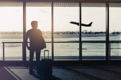 Silhouette de voyageur à l'aéroport Image stock