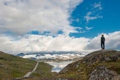Silhouette de voyageur 55 à la route scénique, Norvège Photo stock