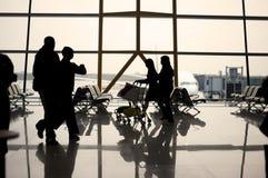 Silhouette de voyageurs d'aéroport Image stock