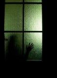 Silhouette derrière une porte Photo libre de droits