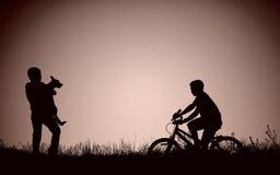 Silhouette des adolescents sur le champ Photographie stock