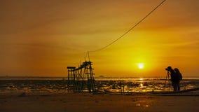 Silhouette des ajouter de mariage au coucher du soleil Photographie stock libre de droits