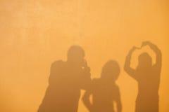 Silhouette des amis Photographie stock libre de droits