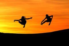 Silhouette des amis branchant dans le coucher du soleil Images libres de droits