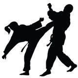 Silhouette des athlètes impliqués dans la boxe d'entraînement d'arts martiaux Image stock