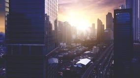 Silhouette des bâtiments modernes de Jakarta avec le coucher du soleil dramatique Images libres de droits