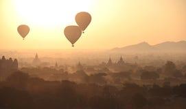 Silhouette des ballons à air chauds Photo stock