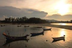 Silhouette des bateaux de pêche thaïlandais sur le coucher du soleil Photographie stock libre de droits