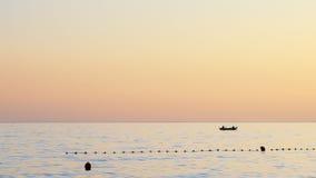 Silhouette des bateaux de pêcheurs pêchant dans le coucher du soleil Images libres de droits