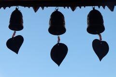 Silhouette des cloches au temple sur le ciel bleu Image stock