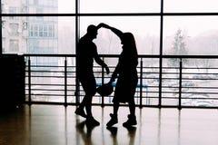 silhouette des couples de danse sur un fond de fenêtre Soeurs retenant des mains amour, confession, offre Photo libre de droits