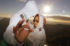 Silhouette des couples heureux au brouillard et au soleil scéniques de montagne Images stock