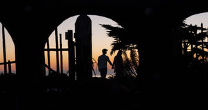 Silhouette des couples sur San Simeon Beach Photo stock