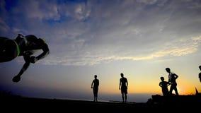 Silhouette des coureurs gratuits au coucher du soleil banque de vidéos
