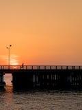 Silhouette des coureurs sur le pont photos libres de droits