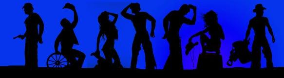 Silhouette des cowboys et des cow-girls dans un ciel bleu Images stock