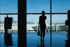 Silhouette des femmes dans le terminal d'aéroport photo stock