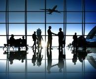 Silhouette des gens d'affaires à l'intérieur de l'aéroport Photos libres de droits