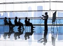 Silhouette des gens d'affaires lors de la réunion Photographie stock