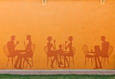 Silhouette des gens mangeant dans un restaurant Photographie stock libre de droits