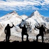 Silhouette des hommes avec la hache de glace à disposition, le mont Everest Photographie stock libre de droits