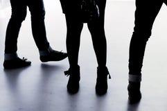 Silhouette des jambes et des pieds de jeunes femmes Photographie stock