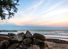 Silhouette des jeunes garçons jouant à la plage pendant le coucher du soleil Image stock