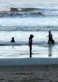 Silhouette des jeunes garçons jouant à la plage pendant le coucher du soleil Photo libre de droits