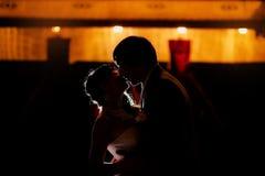 Silhouette des jeunes mariés de danse Photos libres de droits