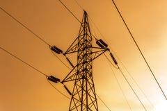 Silhouette des lignes électriques à haute tension Images libres de droits