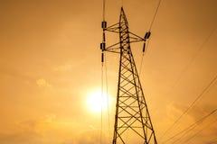 Silhouette des lignes électriques à haute tension Photographie stock