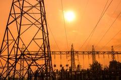 Silhouette des lignes électriques à haute tension Photos stock