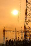 Silhouette des lignes électriques à haute tension Photo libre de droits