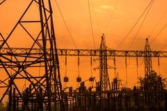 Silhouette des lignes électriques à haute tension Image stock