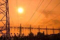 Silhouette des lignes électriques à haute tension Photo stock