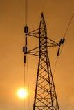 Silhouette des lignes électriques à haute tension Images stock