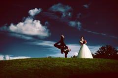 Silhouette des ménages mariés la nuit Images stock