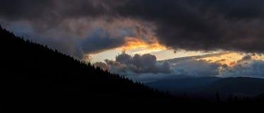 Silhouette des montagnes carpathiennes, égalisant le temps, l'Ukraine, l'Europe Images stock