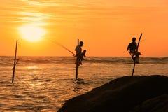 Silhouette des pêcheurs au coucher du soleil, Unawatuna, Sri Lanka Images stock