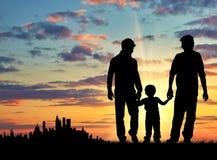 Silhouette des parents gais avec un enfant image libre de droits
