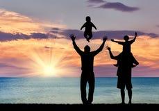 Silhouette des parents gais heureux Photos stock