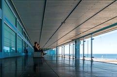 Silhouette des passagers attendant sur la terrasse ouverte dans l'aéroport Photo libre de droits