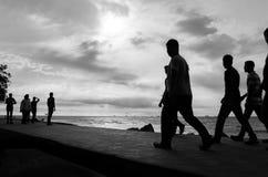 Silhouette des personnes à la plage Photos stock
